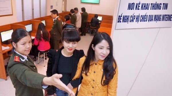 Cán bộ Phòng QLXNC tận tình hướng dẫn nhân dân làm thủ tục hộ chiếu