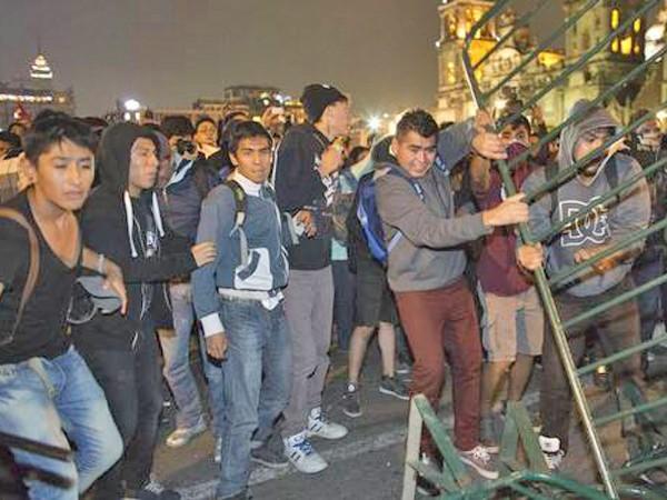 Người biểu tình phản ứng giận dữ sau vụ 43 sinh viên bị sát hại