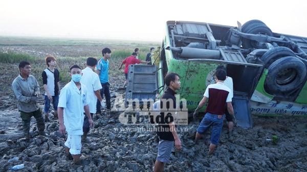 Xe khách mất lái lao xuống ruộng, hơn 10 người bị thương nặng ảnh 2