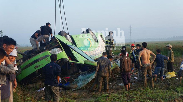Xe khách mất lái lao xuống ruộng, hơn 10 người bị thương nặng ảnh 4