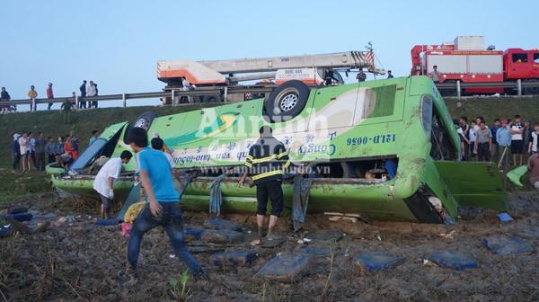 Xe khách mất lái lao xuống ruộng, hơn 10 người bị thương nặng ảnh 1