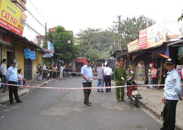 Lực lượng chức năng của CAQ Long Biên và CAP Thượng Thanh bảo vệ tài sản, hiện trường