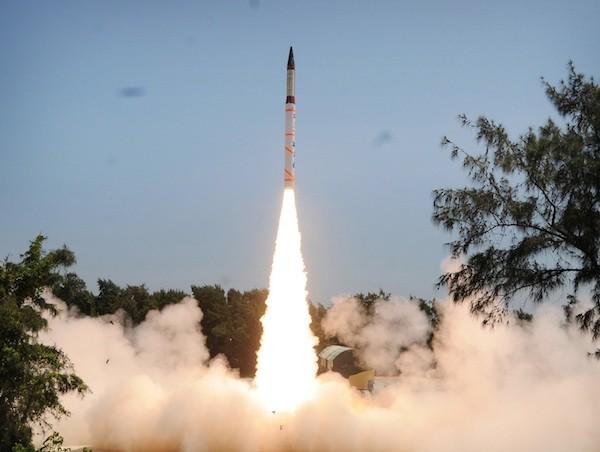 Tên lửa Agni-IV rời bệ phóng