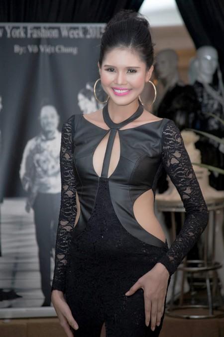 Người mẫu Kim Nguyên gợi cảm dự sinh nhật NTK Võ Việt Chung