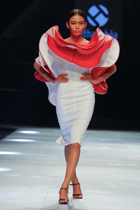 """BST """"Hoa"""" làm nóng sàn diễn Vietnam International Fashion Week ảnh 8"""