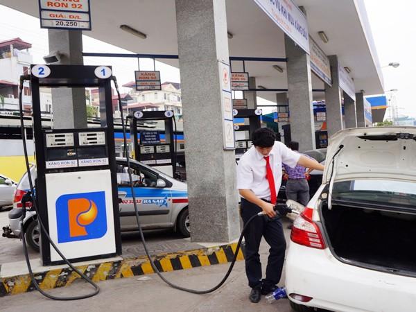 """Hà Nội: Thí điểm mô hình """"khách hàng tự đổ xăng, dầu cho phương tiện"""" ảnh 1"""