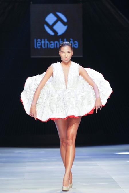"""BST """"Hoa"""" làm nóng sàn diễn Vietnam International Fashion Week ảnh 10"""