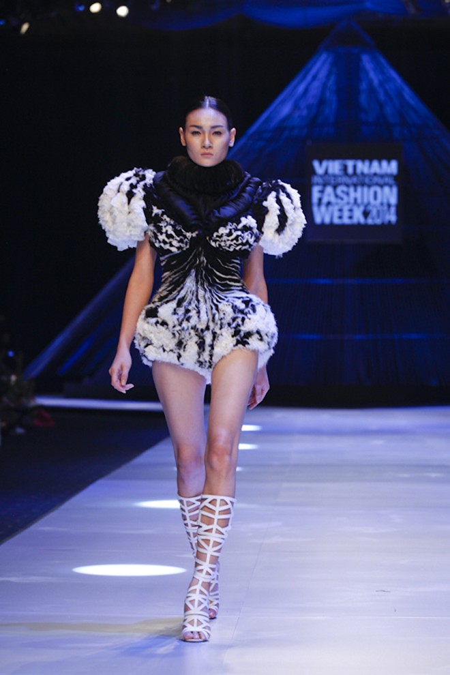 """BST """"Hoa"""" làm nóng sàn diễn Vietnam International Fashion Week ảnh 5"""