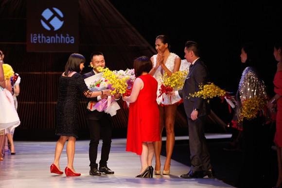 """BST """"Hoa"""" làm nóng sàn diễn Vietnam International Fashion Week ảnh 11"""