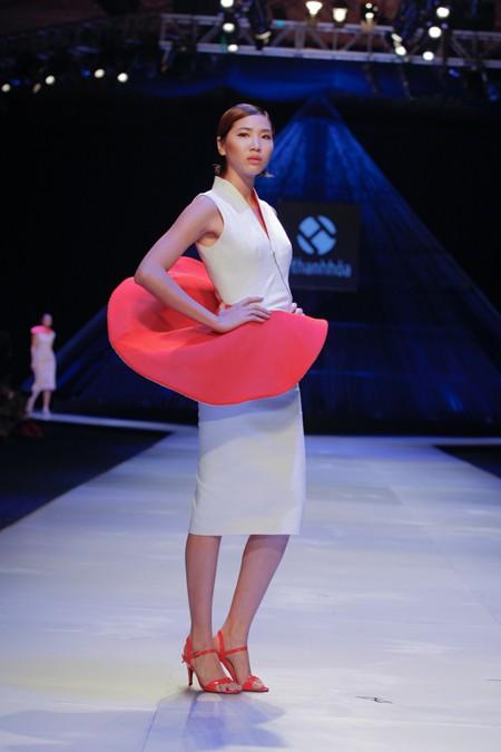 """BST """"Hoa"""" làm nóng sàn diễn Vietnam International Fashion Week ảnh 7"""
