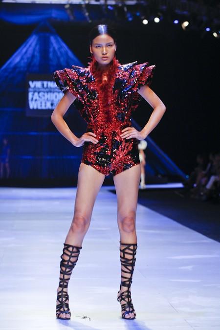 """BST """"Hoa"""" làm nóng sàn diễn Vietnam International Fashion Week ảnh 2"""