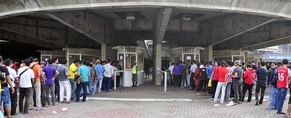 Xem CĐV Malaysia xếp hàng mua vé một cách ý thức ảnh 4