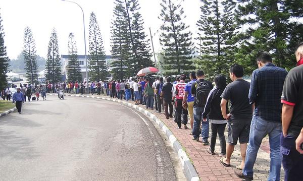 Xem CĐV Malaysia xếp hàng mua vé một cách ý thức ảnh 2