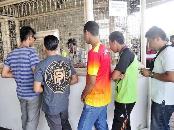 Xem CĐV Malaysia xếp hàng mua vé một cách ý thức ảnh 3