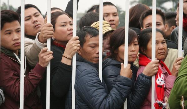 Ngàn người trắng đêm chầu chực, chen lấn mua vé xem trận Việt Nam-Malaysia ảnh 14