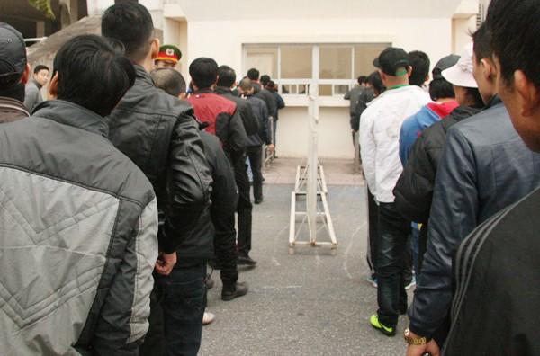 Ngàn người trắng đêm chầu chực, chen lấn mua vé xem trận Việt Nam-Malaysia ảnh 11