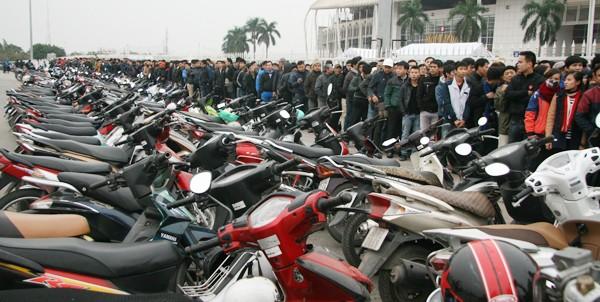 Ngàn người trắng đêm chầu chực, chen lấn mua vé xem trận Việt Nam-Malaysia ảnh 2