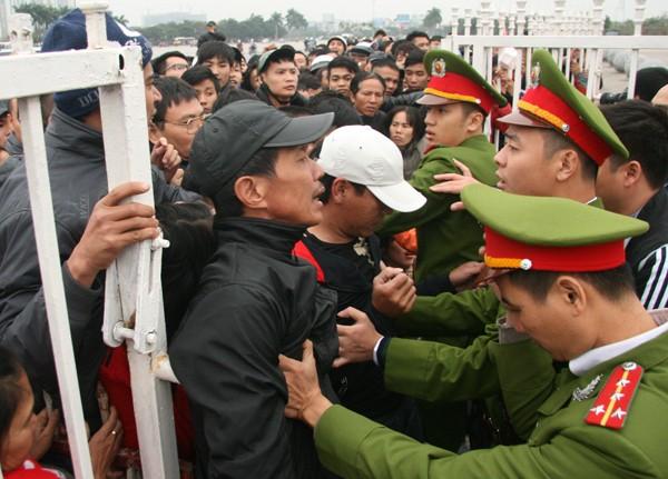 Ngàn người trắng đêm chầu chực, chen lấn mua vé xem trận Việt Nam-Malaysia ảnh 5