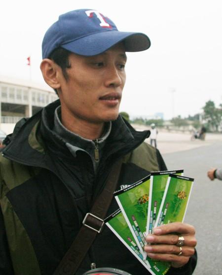 Ngàn người trắng đêm chầu chực, chen lấn mua vé xem trận Việt Nam-Malaysia ảnh 13