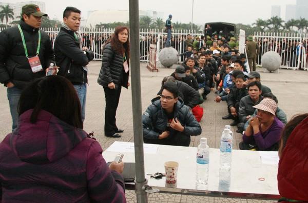 Ngàn người trắng đêm chầu chực, chen lấn mua vé xem trận Việt Nam-Malaysia ảnh 8