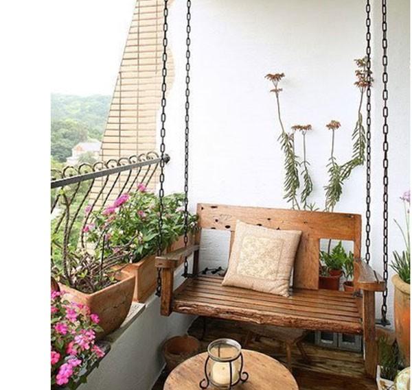 Ghế treo ban công chung cư cùng giàn hoa thơ mộng mang lại sự bình yên đến lạ (nguồn: pinterest)