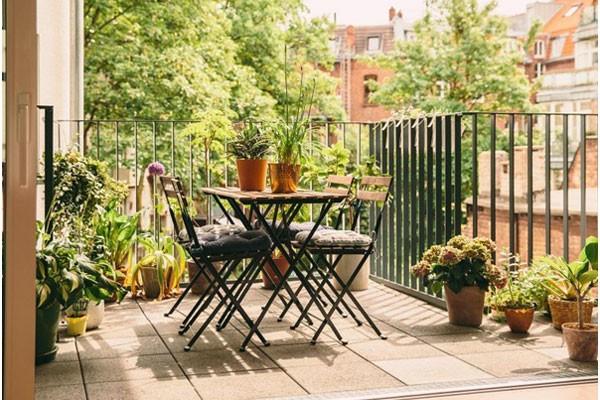 Trang trí ban công chung cư đơn giản chỉ một bộ bàn ghế nhỏ và vài chậu cây xanh (nguồn: grandriverbar)