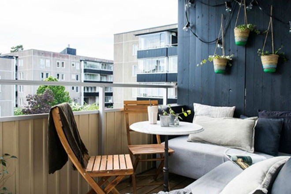 Trang trí ban công chung cư nhỏ như tại một tiệm cà phê thư giãn cuối tuần (nguồn: michsign)