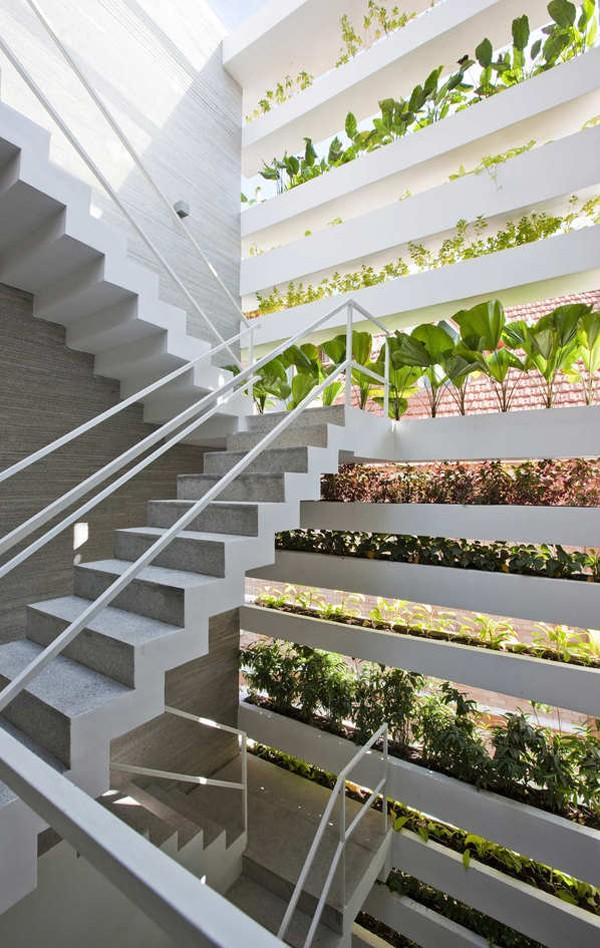 Trồng cây xanh lối lên cầu thang tạo sự gần gũi với thiên nhiên (nguồn: trendir)