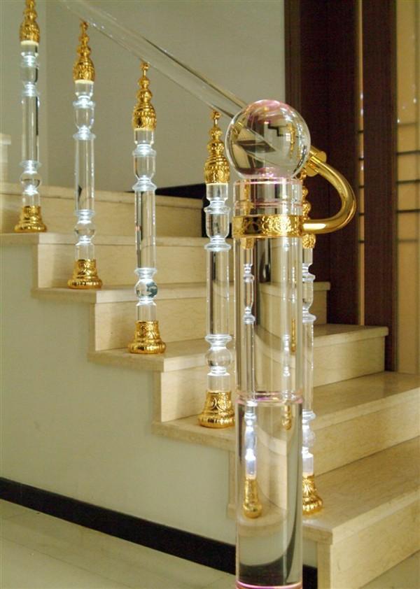 Trụ kính cầu thang mang lại vẻ độc đáo, tính tế (nguồn: arabic.alibaba)
