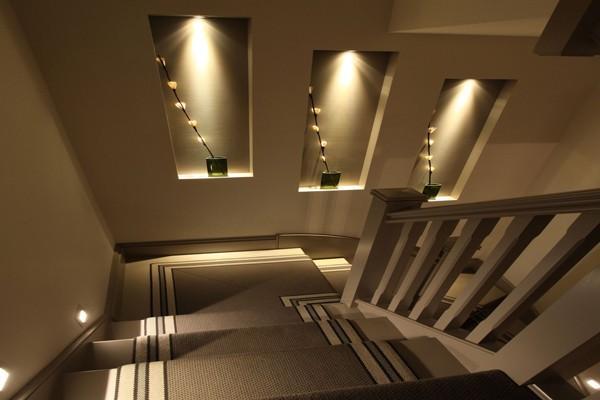 Sử dụng ánh sáng cho cầu thang thêm sinh động, lung linh (nguồn: metaroclub)
