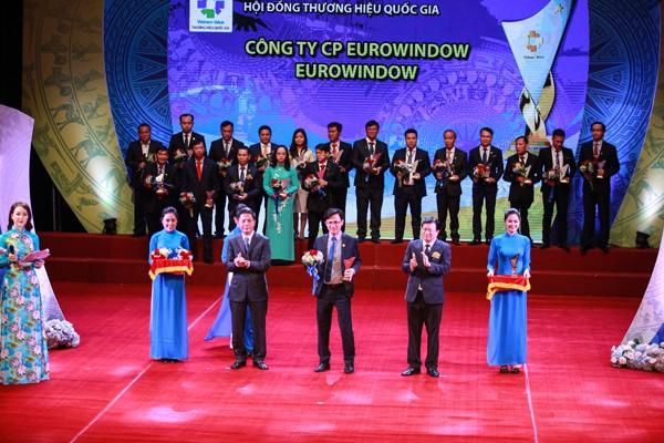 Đại diện Eurowindow vinh dự nhận cúp Thương hiệu Quốc gia Việt Nam 2018