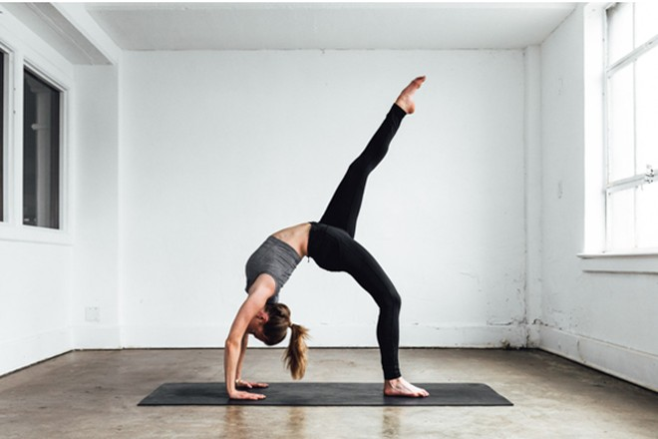 Tập yoga sau giờ làm việc giúp giải tỏa căng thẳng, stress