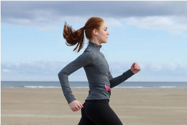 Đi bộ hoặc chạy bộ giúp giảm run chân tay đồng thời giúp xương khớp chắc khỏe hơn