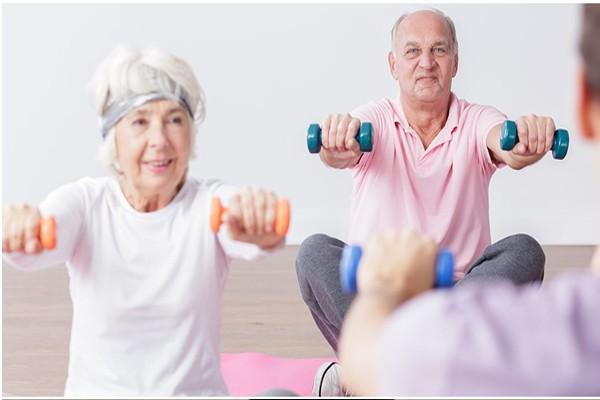 Tập tạ mỗi ngày giảm triệu chứng run tay, giảm co cứng cơ khớp