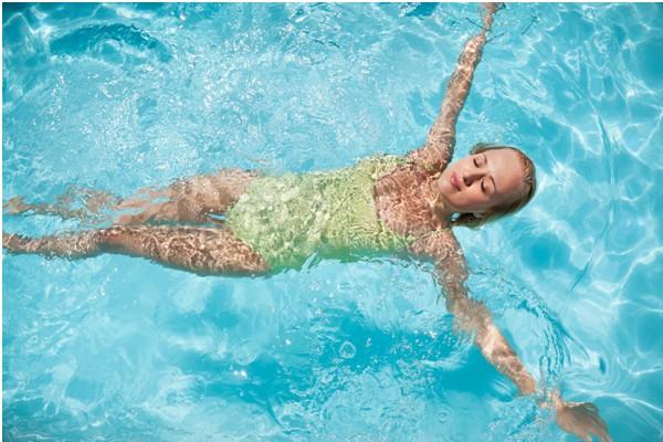Bơi lội tốt cho người bị run tay chân có mắc thêm các bệnh về xương khớp