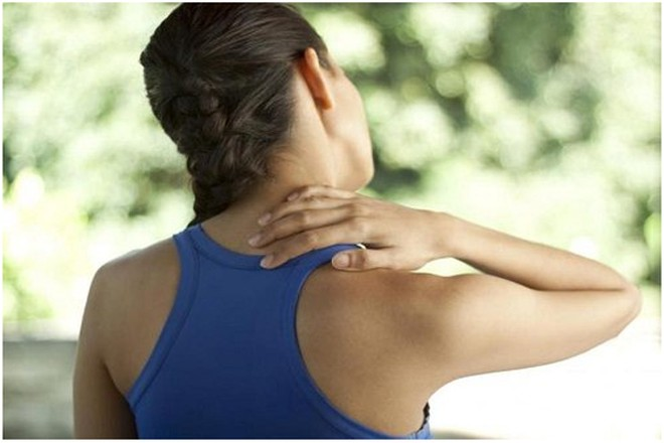 Đau cứng cổ, vai gáy là triệu chứng của thoát vị đĩa đệm cổ