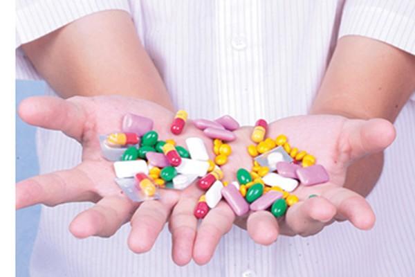 Tại sao người mắc sử dụng rất nhiều kháng sinh nhưng tình trạng ho không cải thiện?