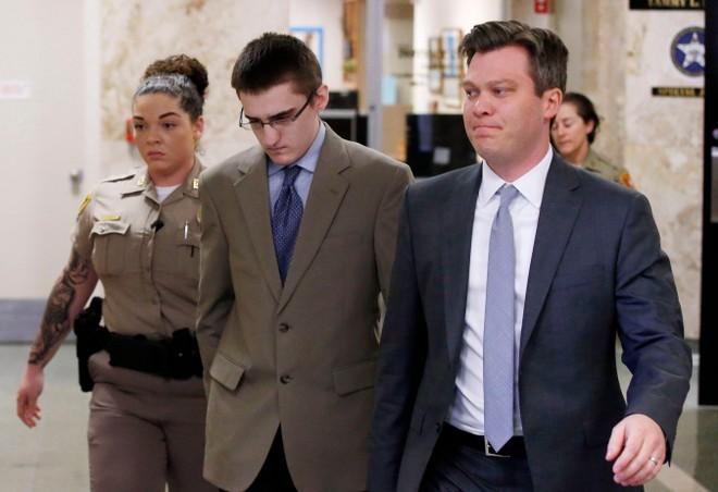 Micheal Bever (giữa) ra hầu tòa hôm 9-8 và nhận mức án 253 năm tù giam