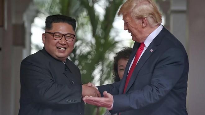 Tổng thống Mỹ Donald Trump và nhà lãnh đạo Triều Tiên Kim Jong-un đã ký cam kết về vấn đề phi hạt nhân hóa hồi tháng 6-2018