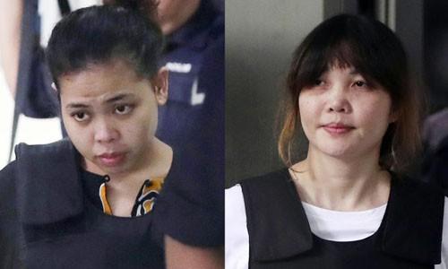 Siti Aisyah (bên trái) và Đoàn Thị Hương (phải) vẫn phải tiếp tục ra hầu tòa