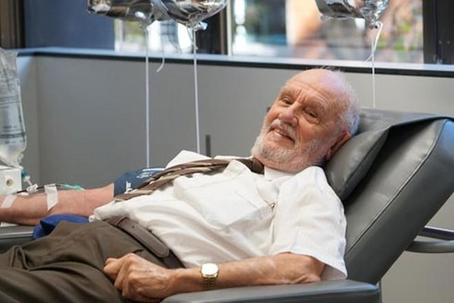 Ông James Harrison (81 tuổi) trong buổi hiến máu lần cuối cùng ngày 11-5 vừa qua