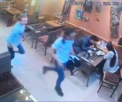 [Audio 16-10-2018] Hai du khách nước ngoài chạy thục mạng để quỵt tiền ăn tối ảnh 1