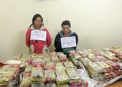 Các đối tượng vận chuyển ma túy bị bắt giữ cùng tang vật