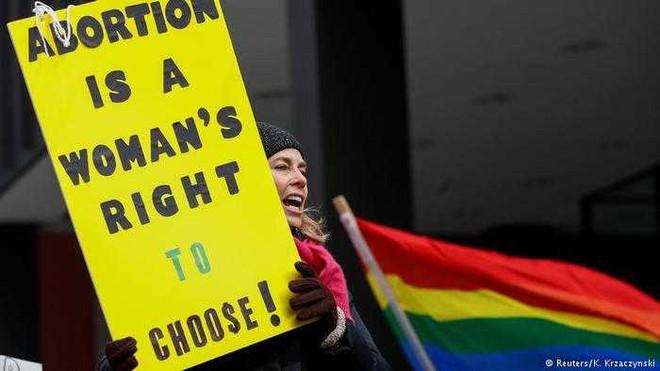 """Người phụ nữ Bỉ từng tham gia biểu tình giơ tấm bảng khẩu hiệu: """"Nạo phá thai là quyền tự do lựa chọn của phụ nữ!"""""""