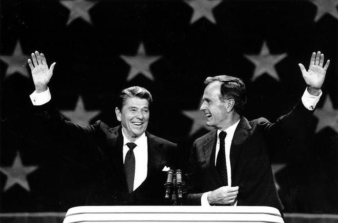 Ông George Bush thời còn làm phó Tổng thống cho ông Ronald Reagan