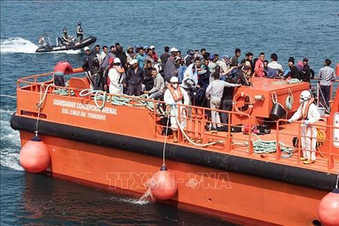 Người di cư tới cảng ở Tarifa, Tây Ban Nha sau khi được cứu trên biển. Ảnh: AFP/ TTXVN