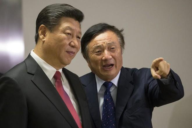 Chủ tịch Huawei Nhậm Chính Phi (phải) giới thiệu với Chủ tịch Trung Quốc Tập Cận Bình tòa nhà văn phòng của tập đoàn tại London vào tháng 10-2015