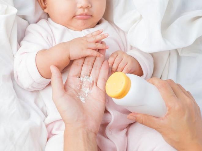 Các nhà khoa học khuyến cáo không nên dùng phấn rôm cho bé gái