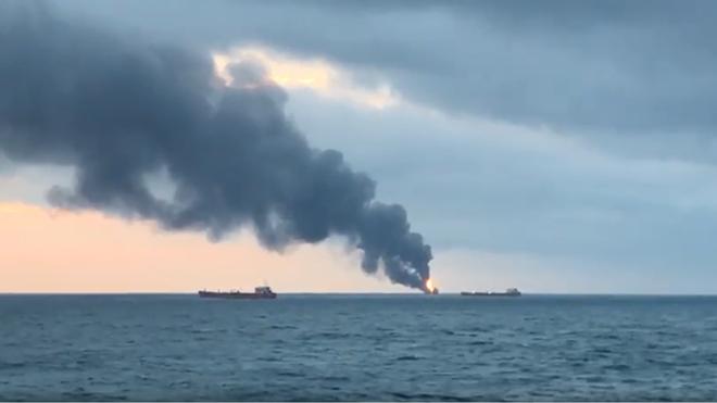 Cột khói đen từ vụ tai nạn có thể được nhìn thấy từ xa nhiều km
