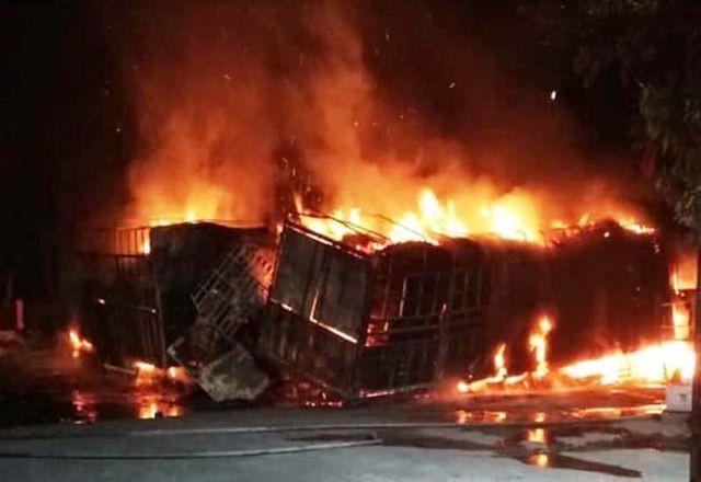 Hiện trường vụ tai nạn khiến 2 xe bốc cháy lớn